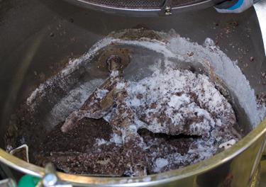煮炊いた小豆を砂糖と練り上げる