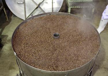 専用の豆煮釜で小豆を煮炊く